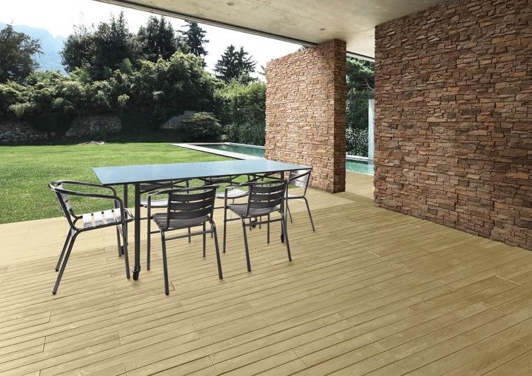 Terasse extérieure couverte avec table à manger et un sol imitation parquet sable acl madeira deck classic