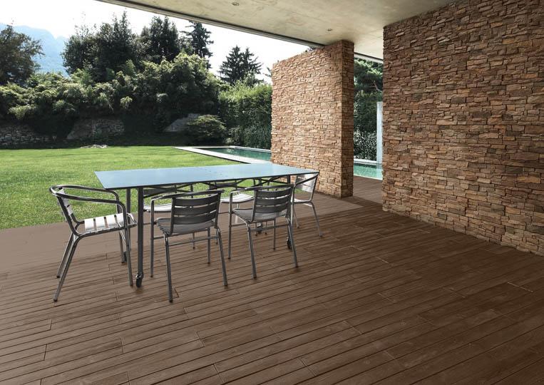 Terasse extérieure couverte avec table à manger et un sol imitation parquet café foncé acl madeira deck classic