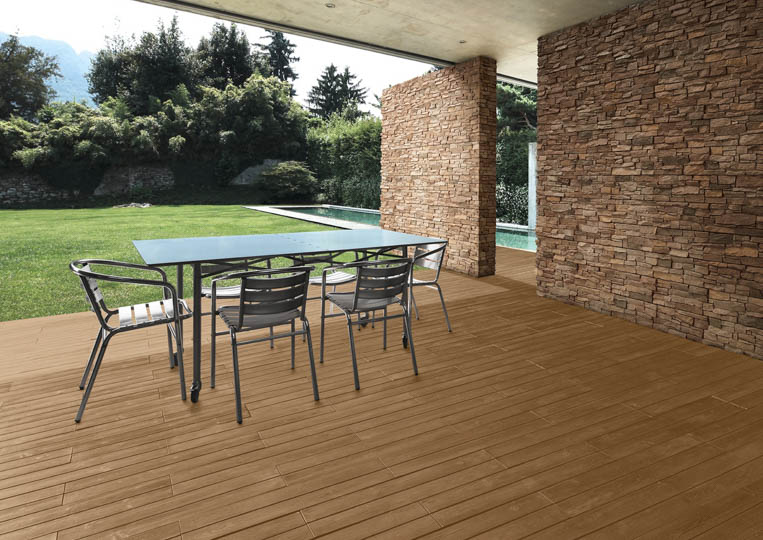 Terasse extérieure couverte avec table à manger et un sol imitation parquet café acl madeira deck classic