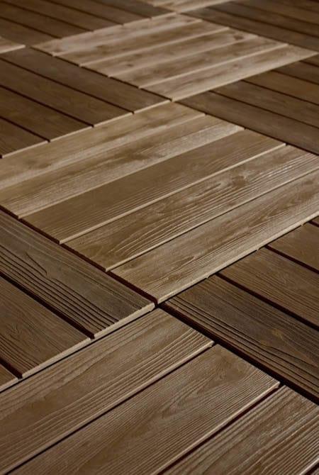 Vue en plongée d'un sol en imitation bois couleur café foncé