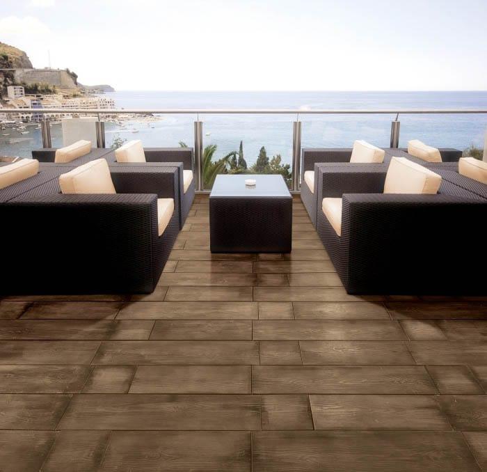 Terasse extérieure vue sur mer avec meubles de jardin et un sol imitation bois couleur café acl madeira deck soalho