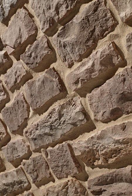 Contre plongée d'un mur en pierre reconstituée acl marte
