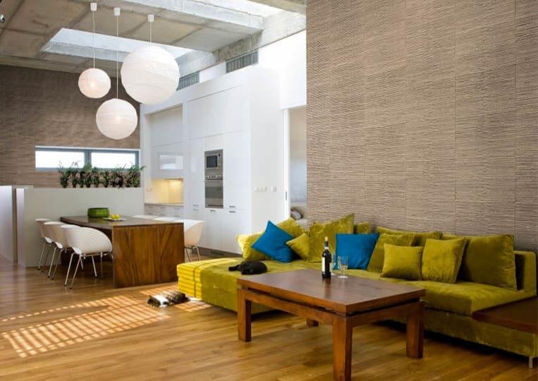 Salon intérieur avec un pant de mur en pierre reconstituée couleur café acl riscado
