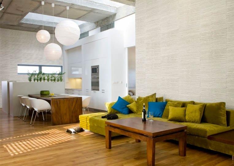Salon intérieur avec un pant de mur en pierre reconstituée couleur clair acl riscado