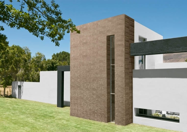 Devanture de maison en pierre reconstituée acl riscado de couleur café
