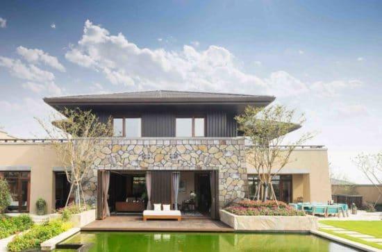 Terasse avec piscine d'une maison en partie construite en pierre reconstituée mathios mont blanc