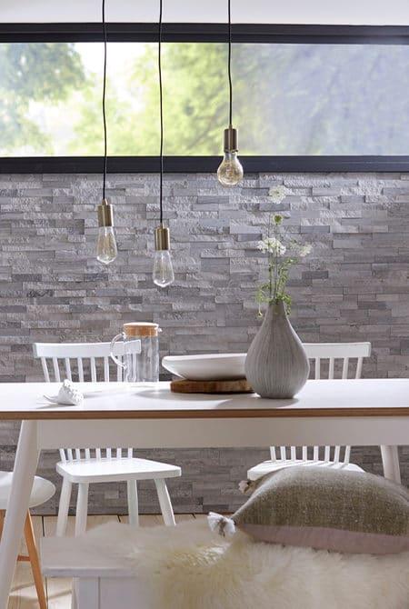 Salle à manger avec un mur en pierre naturelle Lithos cottage grise