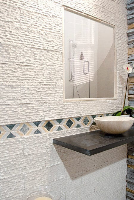 Point d'eau avec un mur en pierre de parement de couleur blanche