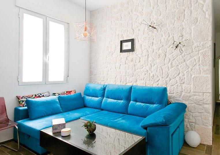 Salon avec un pans de mur en cortijo pierre reconstituée de couleur clair