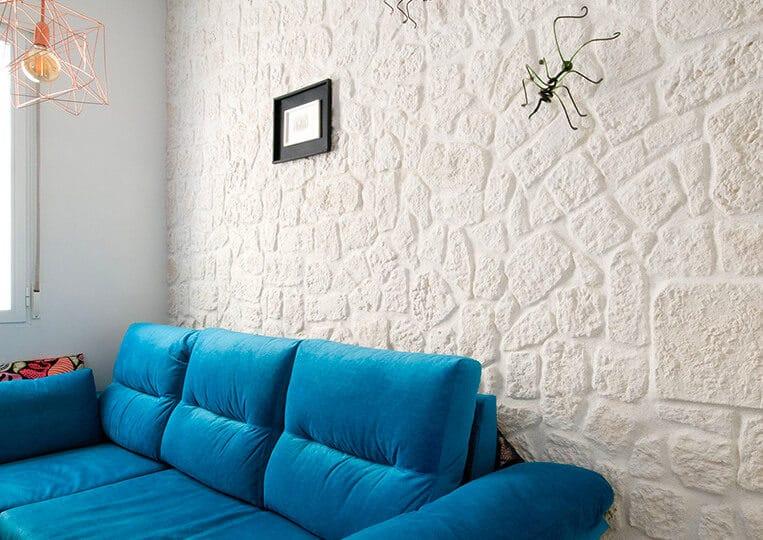 Salon bleu avec pans de mur en cortijo pierre reconstituée