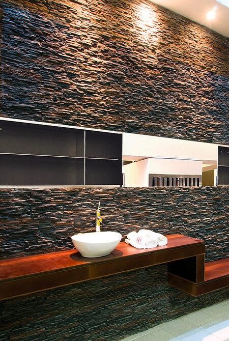 Salle d'eau avec mur en pierre de parement laredo