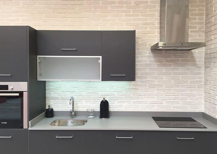 Mur d'une cuisine en oxford blanco briquettes pierre reconstituée