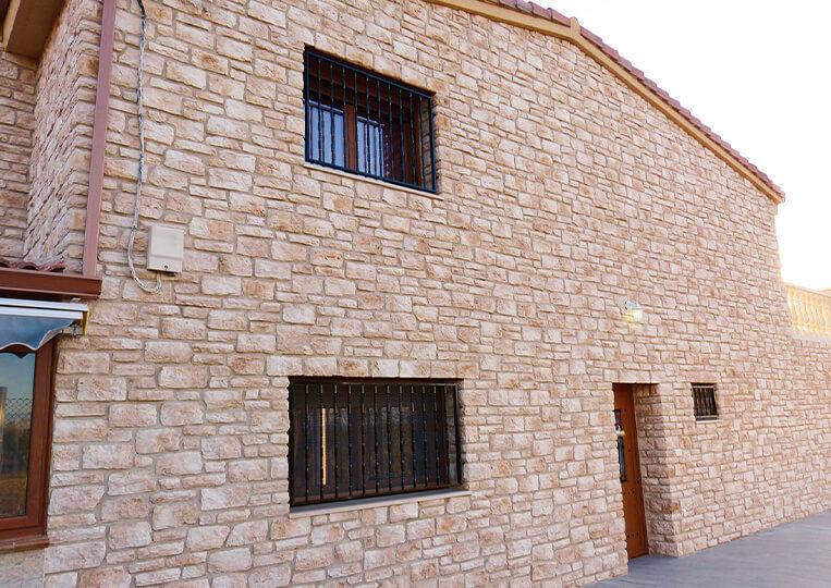 Facade de maison construite en pierre de parement Piamonte
