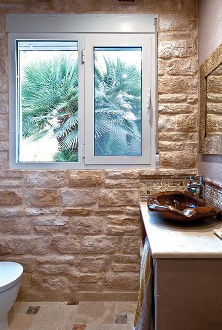 Salle d'eau avec un mur en pierre de parement Piamonte