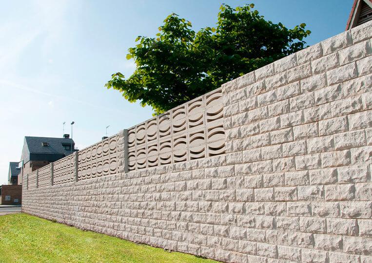 Mur externe construit en pierre de parement pirineos