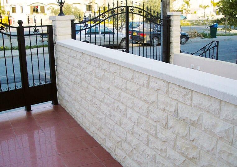 Muret en pierre de parement pirineos de couleur clair