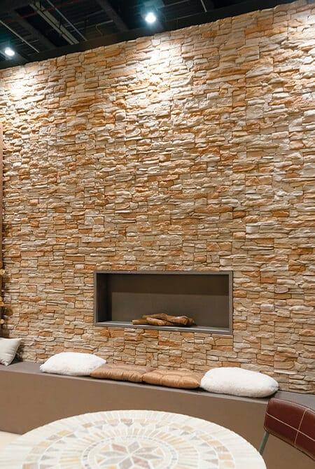 Petit salon avec une cheminée construite en pierre de parement
