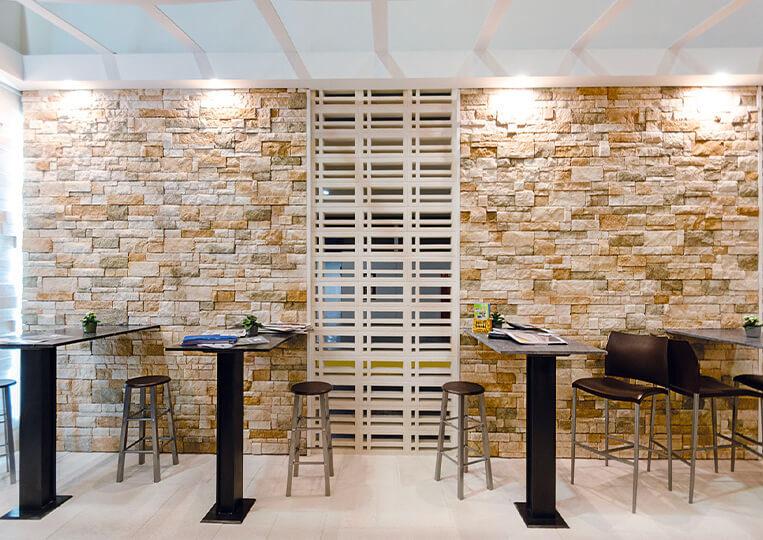 Intérieur de restaurant en pierre de parement reconstituée sierra nevada