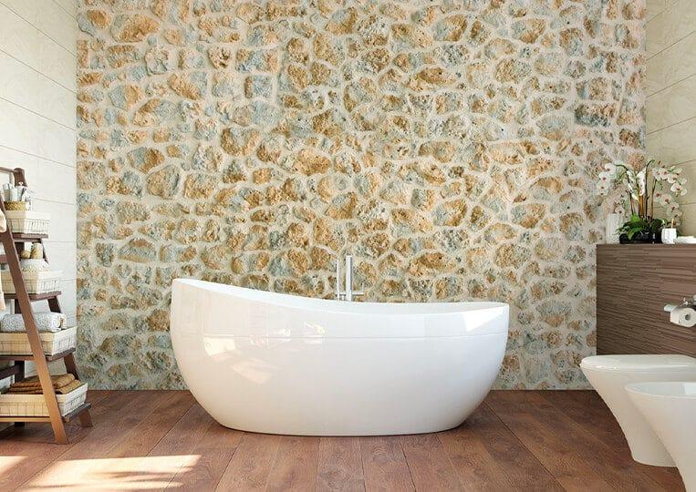 Salle de bain avec un pans de mur en pierre de parement timanfaya