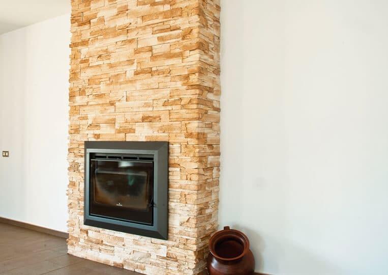Pans de mur et cheminée en pierre de parement varadero clair