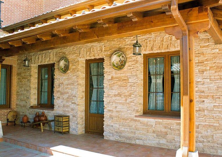 Devanture d'une petite maison en pierre varadero